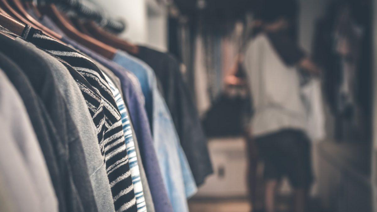 Apps de moda ajudarão você a selecionar um guarda-roupa sustentável (Foto de Artem Beliaikin no Pexels)